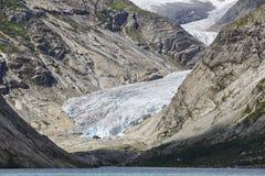 Norwegu krajobraz Nigardsbreen lodowa jezioro i jęzor Touri obrazy royalty free