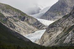 Norwegu krajobraz Nigardsbreen lodowa wycieczkowicze i jęzor Tou zdjęcia royalty free