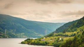 Norwegu krajobraz, Osteroy zawieszenia most zdjęcie stock