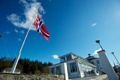 Norweigian flagga på den halva masten Royaltyfria Bilder