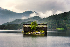 Norweska buda z ziemia dachem Zdjęcia Royalty Free