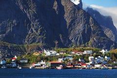 Norweska wioska rybacka z tradycyjnymi czerwonymi rorbu budami, Reine Fotografia Royalty Free