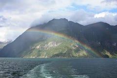 Norweski fjord, rainbaw nad fjord, kamienie i skały, chmurny niebo Zdjęcia Stock