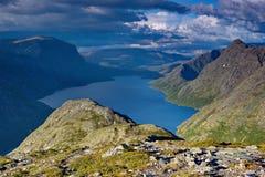 Norweski jezioro surrouded górami Obraz Stock