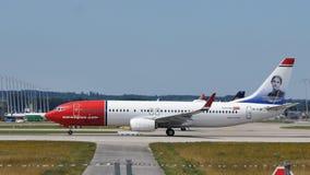 Norweski Lotniczej linii samolot bierze daleko od Monachium MUC lotniska obrazy royalty free