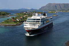 Norweski nabrzeżny parostatek opuszcza port Bronnoysund Obrazy Stock