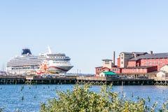 Norweski NCL s?o?ca statek wycieczkowy dokowa? w w centrum Astoria za Cannery mola zdrojem na Kolumbia rzece i hotelem zdjęcie stock