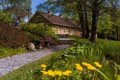 Norweski piękny kolorowy pejzaż miejski z osamotnionym domem Obrazy Royalty Free