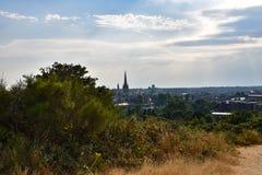 Norwich City horisont och domkyrka från St James Hill, Mousehold hed royaltyfri foto
