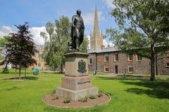 NORWICH, HET UK - 3 JUNI, 2017: Een standbeeld van de Hertog van Wellington met de Kathedraal van Norwich op de achtergrond royalty-vrije stock foto's