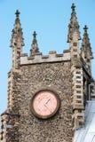 NORWICH NORFOLK/UK - APRIL 24: En närbildsikt av en kyrka i N Arkivfoton