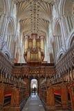 NORWICH, REGNO UNITO - 5 GIUGNO 2017: Il coro dentro la cattedrale con le volte, le colonne ed i banchi di legno nella priorità a Immagini Stock Libere da Diritti