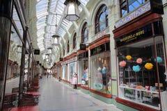 NORWICH, REINO UNIDO - 4 DE JUNHO DE 2017: A arcada real com lojas fotos de stock
