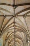 NORWICH, REINO UNIDO - 5 DE JUNHO DE 2017: O claustro na catedral de Norwich com detalhes do teto com cofres-forte e os chefes es imagem de stock royalty free