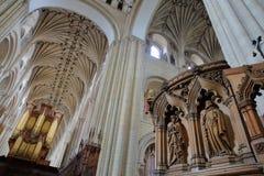 NORWICH, UK - CZERWIEC 5, 2017: Drewniana rzeźbiąca ambona wśrodku katedry z przesklepionym nave dachem i organem w backgrou zdjęcia stock