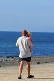 Nos braços de Daddys fotografia de stock