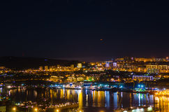 Nos céus sobre o objeto de voo não identificado de suspensão de Vladivostok da cidade da noite Imagens de Stock Royalty Free