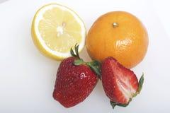 Nos frutos e nas bagas da mentira da tabela: morangos, limão e mandarino Fotografia de Stock Royalty Free