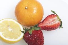 Nos frutos e nas bagas da mentira da tabela: morangos, limão e mandarino Fotos de Stock