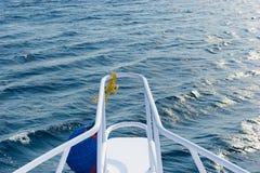 Nos jacht podczas żeglowania na błękitnym morzu Obraz Royalty Free