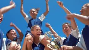 Nos jogadores de futebol bonitos do formato de alta qualidade que comemoram sua vitória vídeos de arquivo