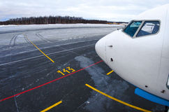 Nos, kokpit samolot, widok parking i sterowanie, tropimy pas startowy przy lotniskiem Fotografia Royalty Free