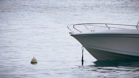 Nos nowożytna łódź i boja przy morzem zbiory wideo