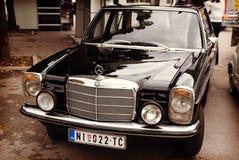 NOS, Servië - Oktober 08, 2016: Oude tijdopnemer Mercedes 200 die reeksen in 1975 met chroomdelen worden veroorzaakt van het lich Royalty-vrije Stock Foto