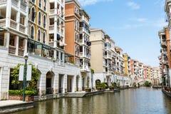 Nos subúrbios do prédio de apartamentos Foto de Stock
