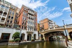 Nos subúrbios do prédio de apartamentos Fotos de Stock Royalty Free