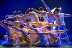 Nos volontés unissent comme une danse folklorique nationale de rivière-Le de jaune de forteresse-Le photographie stock libre de droits