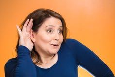 Nosata kobieta słucha someone rozmowę Zdjęcie Stock