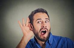 Nosata, szokująca mężczyzna ręka uszaty gest, ostrożnie, uważnie skrycie słucha soczystej plotki zdjęcie stock