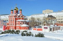 Noscow, Rusia, marzo, 06, 2018 Monasterio de Znamensky y cámaras de boyardos de Romanov en día de primavera soleado en la calle d Imágenes de archivo libres de regalías