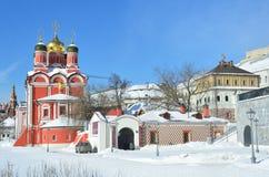 Noscow Ryssland, mars, 06, 2018 Znamensky kloster och kammare av Romanov boyars i solig vårdag på den Varvarka gatan Royaltyfri Bild