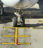 Nosewheel van een geparkeerd commercieel lijnvliegtuig stock afbeeldingen