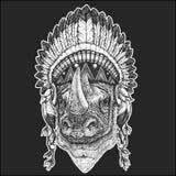 Noshörning huvudbonad för indian för noshörning kall djur bärande indisk med dragen bild för fjäderBoho chic stil hand stock illustrationer