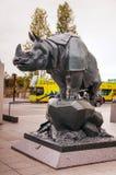 Noshörningskulptur på det DOrsay museet i Paris Arkivfoto