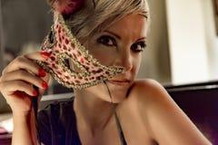 nosi maskowi młodych kobiet fotografia stock