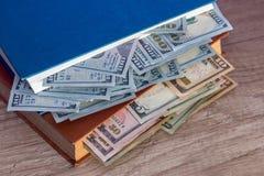 nosotros 100 dólares en libro Imagen de archivo libre de regalías