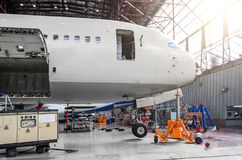 Nosowa część samolot kokpit bagażnik w hangarze na utrzymanie naprawie, zdjęcia royalty free