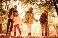 Nossos amores da família a jogar na natureza imagem de stock