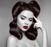 Nostalgi Klämma fast upp flicka med röd kantmakeup och retro krullningshår royaltyfria bilder
