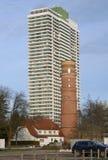 Nostalgia e modernidade, farol velho e um hotel moderno em um arranha-céus imagens de stock