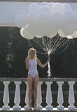 Nostalgia. Esterno diritto della donna con il mazzo di aerostati Fotografia Stock Libera da Diritti