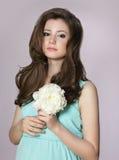 nostalgia Muchacha adolescente adorable joven con la flor de la peonía Imágenes de archivo libres de regalías