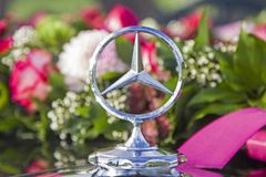 Nostalgia pura - con el coche clásico para la boda Imagen de archivo