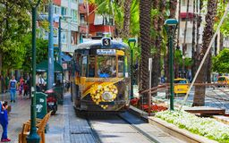 Nostalgia tramwaj biega przez centrum miasta w Antalya, Turcja Obrazy Stock