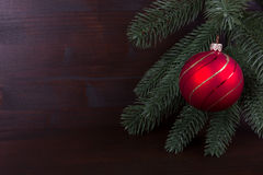 Nostalgiczna czerwona Bożenarodzeniowa piłka na ciemnym backgrond Obrazy Royalty Free