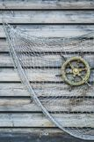 Nostalgicznego statku drewniana kierownica z siecią rybacką dołączał t Zdjęcia Royalty Free